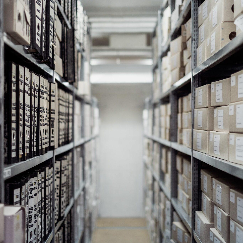 Archivio-con-mille-documenti-cartacei