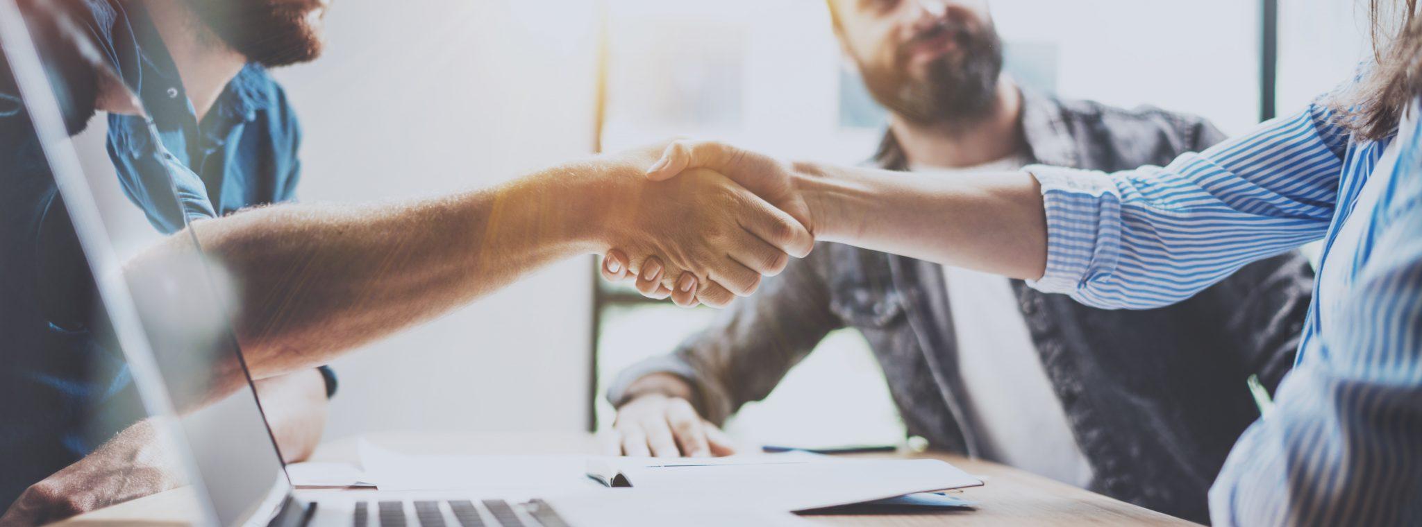 stretta di mano tra due nuovi partner commerciali
