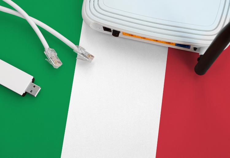 Bandiera italiana con cavi per connessione internet
