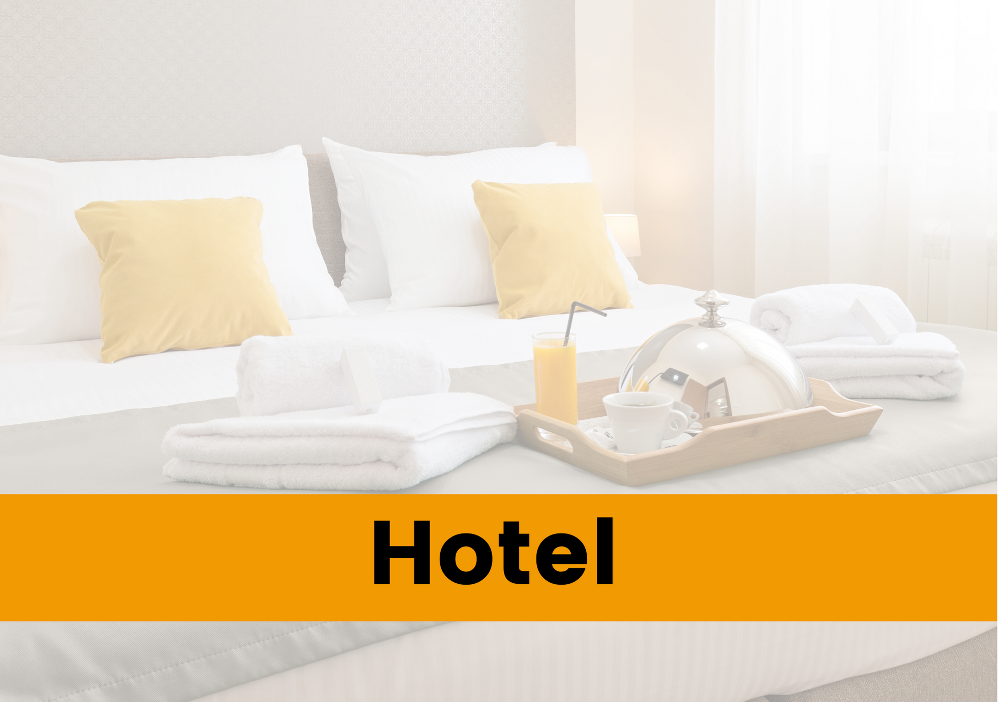 Stanza di hotel con colazione sul letto