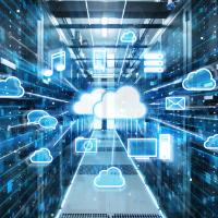 immagine di un server con icone che ricordano il backup in cloud