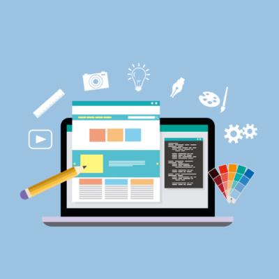 computer con sviluppo sito web in corso